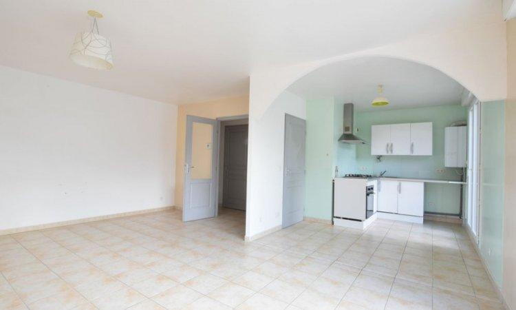 Cuisine dans Appartement T3, 2 chambres, grande pièce de vie avec cuisine ouverte, terrasse et garage à St Etienne de Crossey