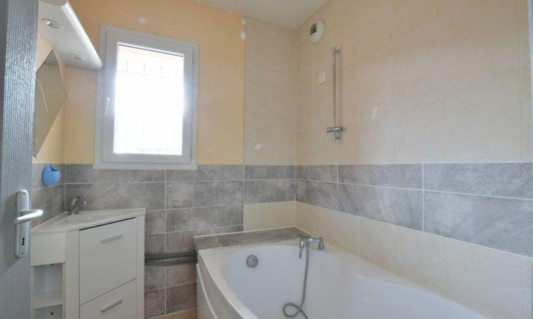Salle de bains dans Appartement T3, 2 chambres, grande pièce de vie avec cuisine ouverte, terrasse et garage à St Etienne de Crossey