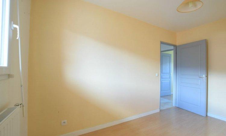 Chambre dans Appartement T3, 2 chambres, grande pièce de vie avec cuisine ouverte, terrasse et garage à St Etienne de Crossey