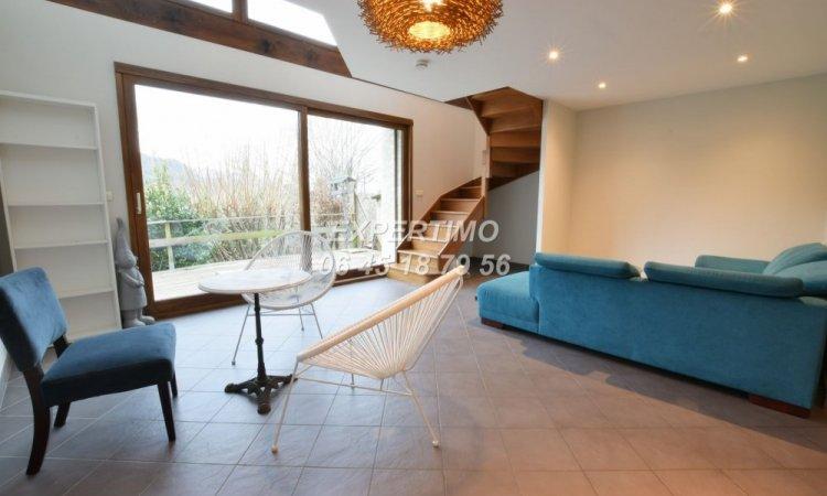 Maison de village avec cuisine ouverte sur séjour donnant sur une terrasse avec vue sur les montagnes, un cellier, 3 chambres, salle de bain à St Etienne de Crossey